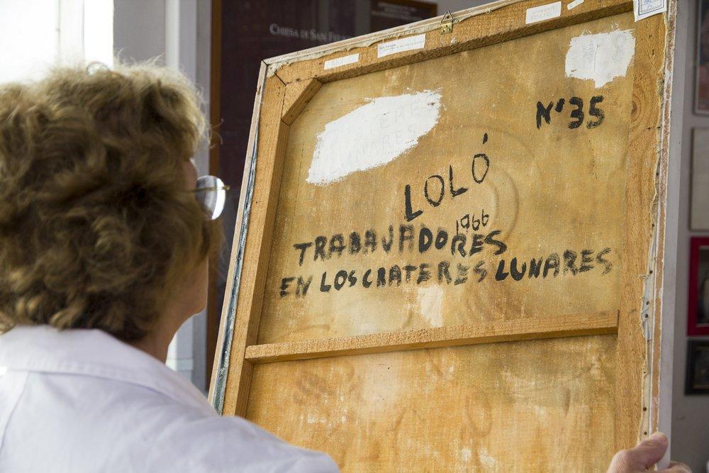 Il retro del quadro con la firma della pittrice e la descrizione dell'opera.