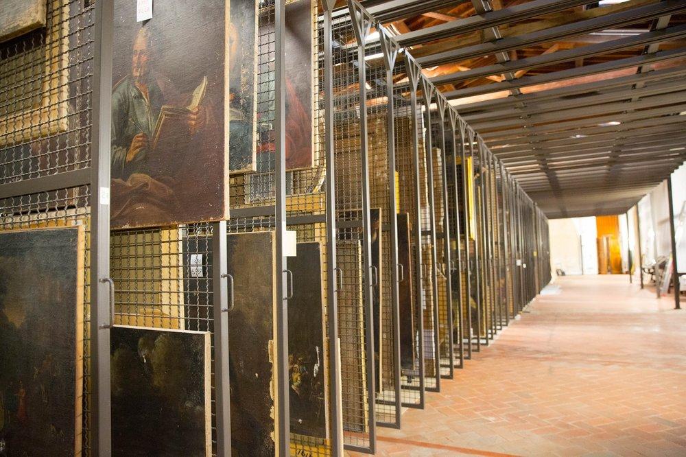 Molte opere di artiste donne si trovano nei depositi dei musei. Uno scorcio del magazzino del Museo di San Salvi