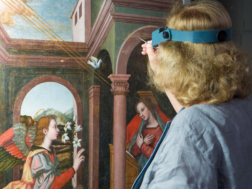 La restauratrice Rossella Lari, al lavoro sull'Annunciazione di Nelli a Palazzo Vecchio.
