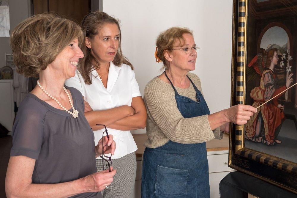 Le curatrici del Museo Serena Pini e Jennifer Celiani, con la restauratrice Rossella Lari