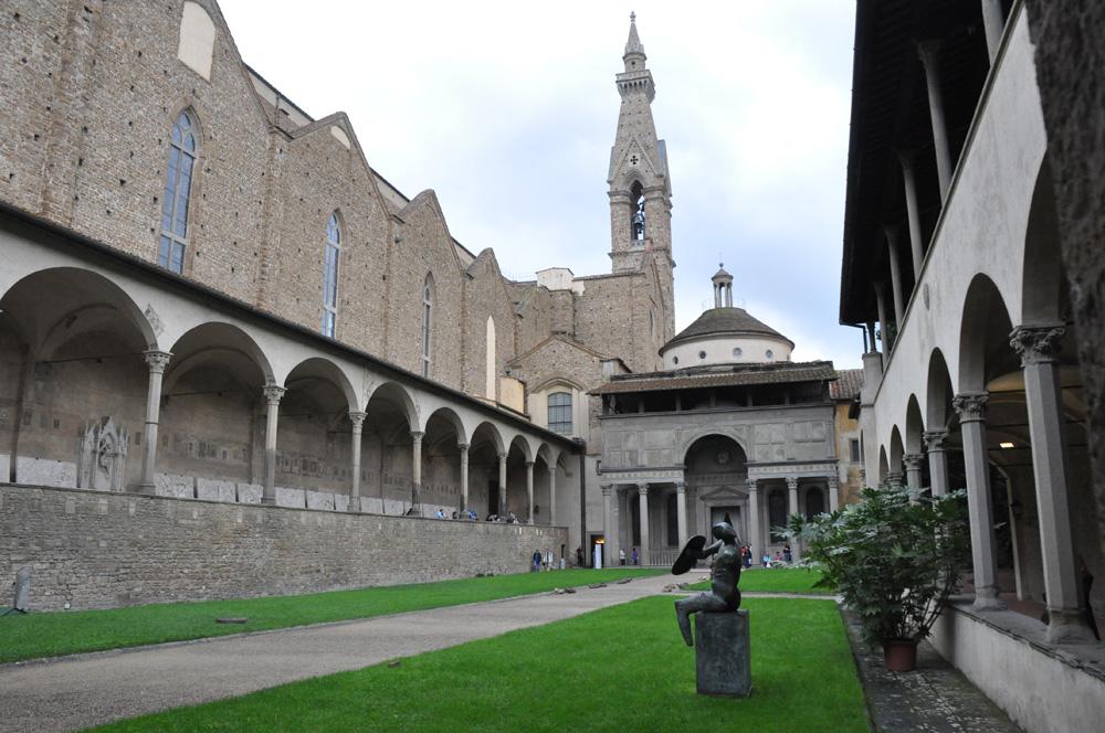 Il cortile interno della chiesa di Santa Croce a Firenze