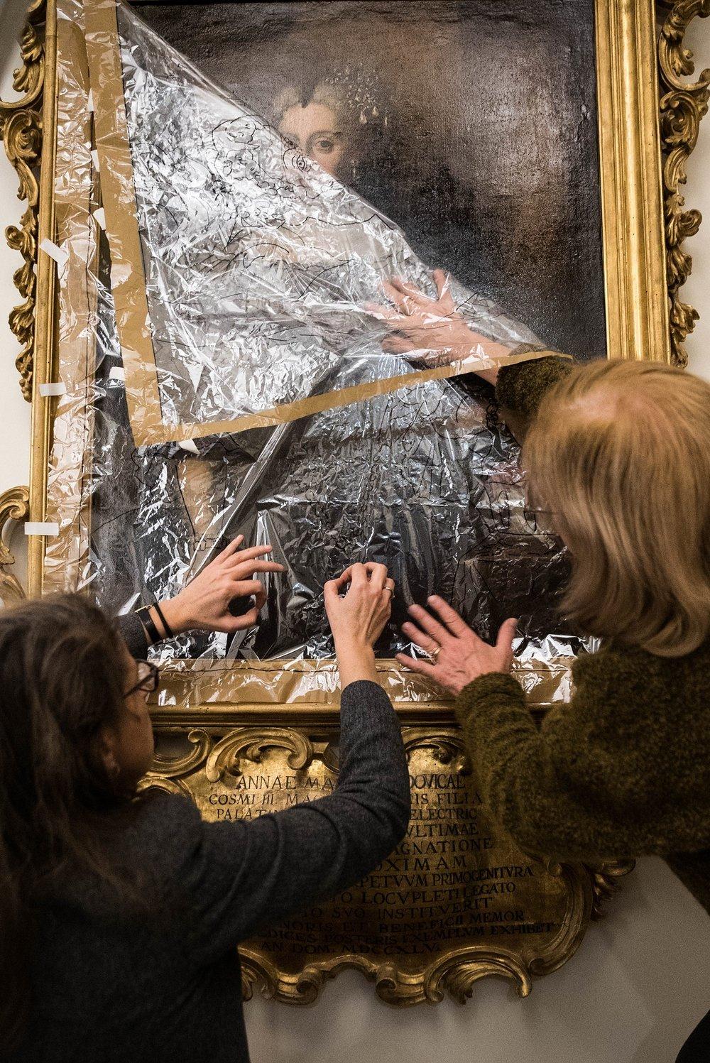 La restauratrice e la curatrice del progetto conducono ricerche artistiche.