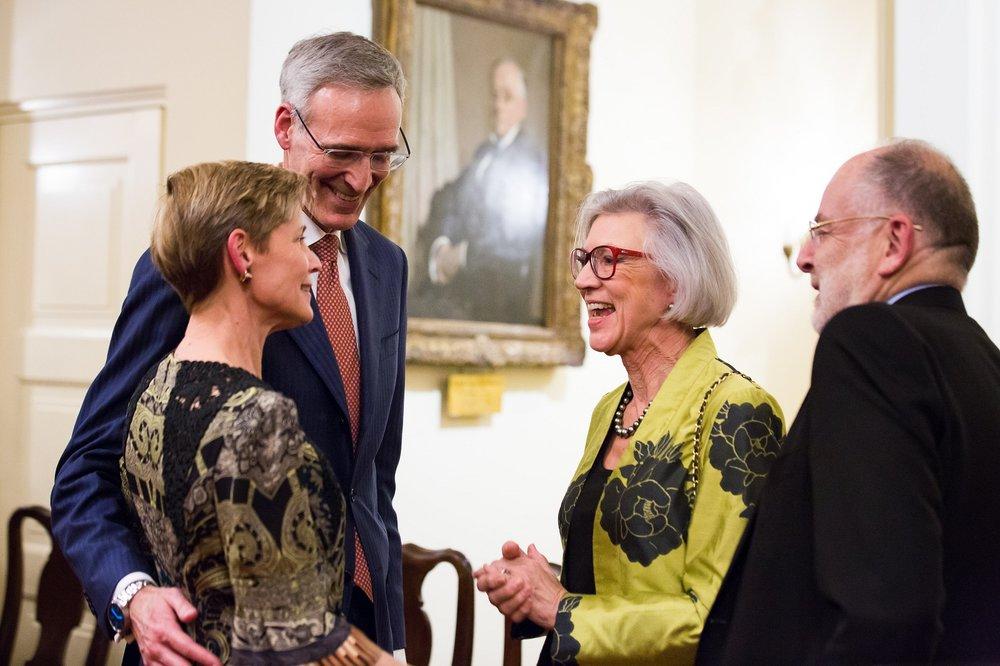 I creatori del Fondo per la Difesa dell'Arte Margaret MacKinnon e Wayne McArdle con la 'doppiamente' adottante Beverley McLachlin.