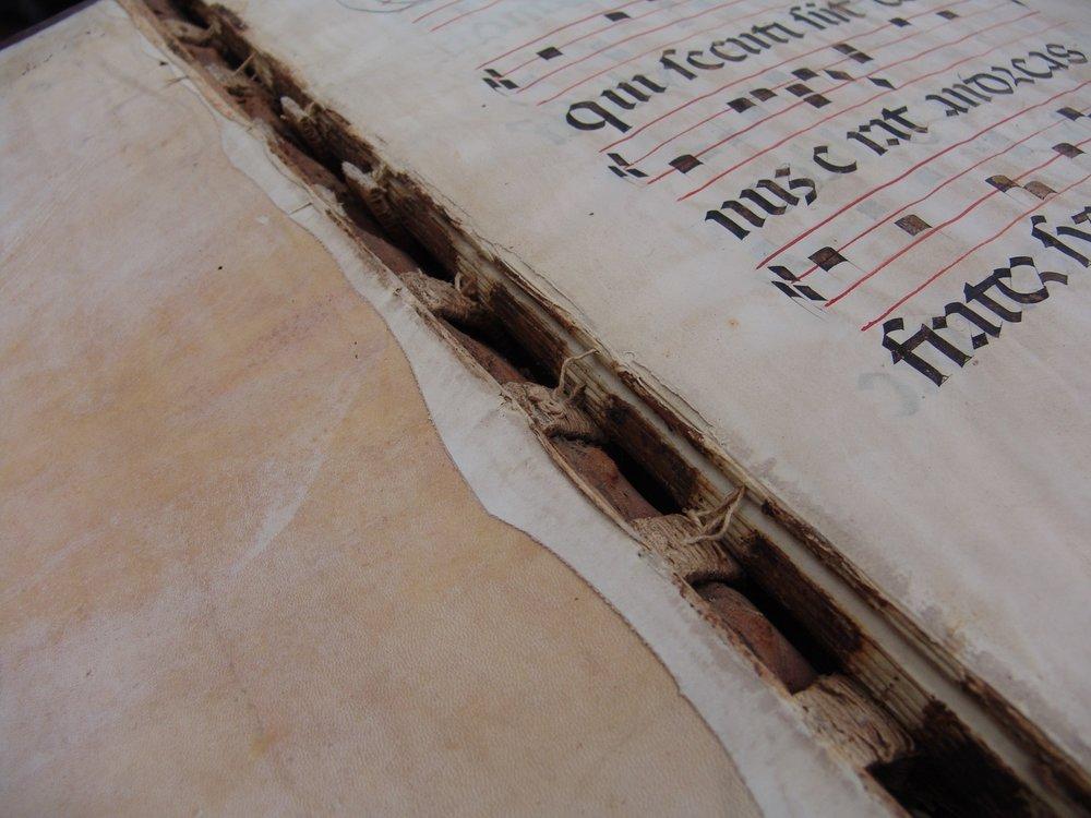 Rilegatura danneggiata del libro dei cori di Nelli, prima del restauro