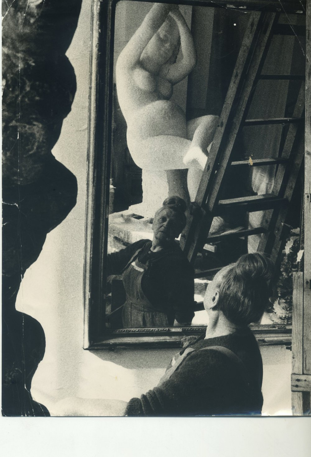Una foto d'epoca di Antonietta Raphael Mafai nel suo studio