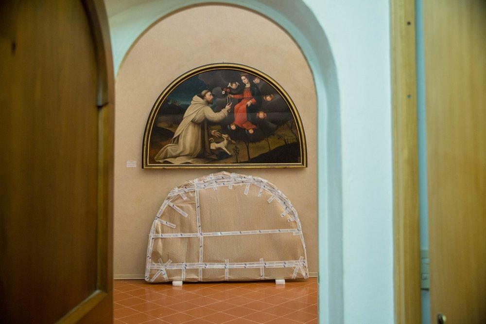 San Domenico restaurato, osserva come il suo dipinto gemello è preparato per lo studio di conservazione.