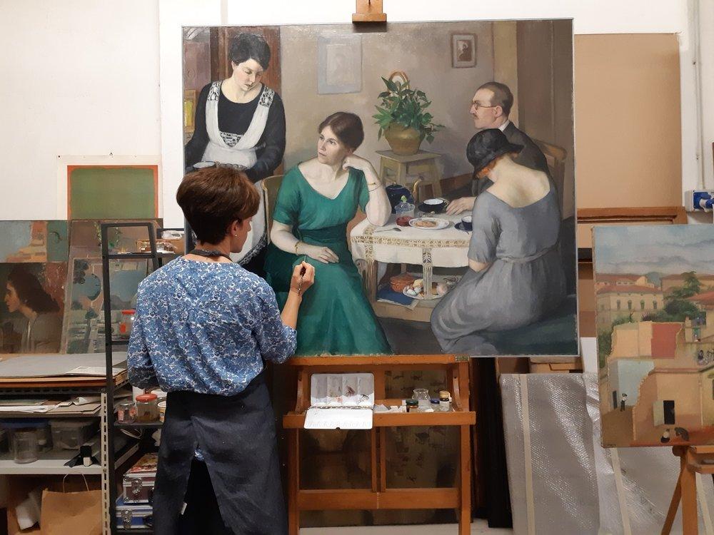 Chiara Mignani lavorando sul dipinto di Morelli