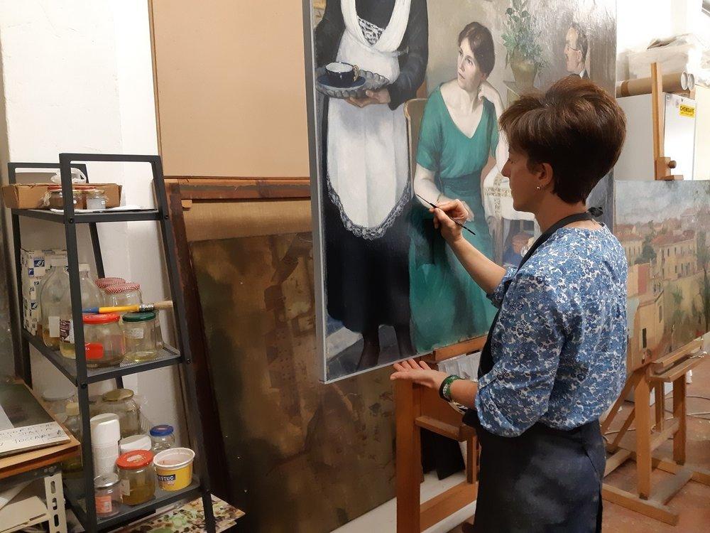 Chiara Mignani nello studio di restauro con il dipinto della Morelli