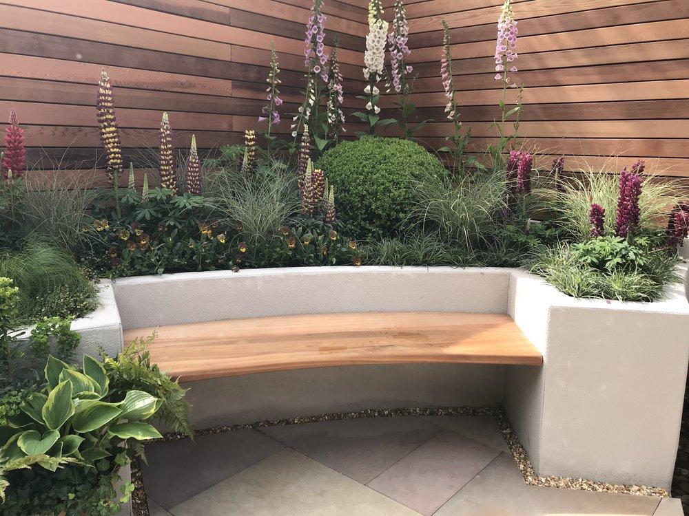 Rendered raised bed with built-in seat. Designer: Jo McCreadie. Image:  Lorraine Young /Verve Garden Design.