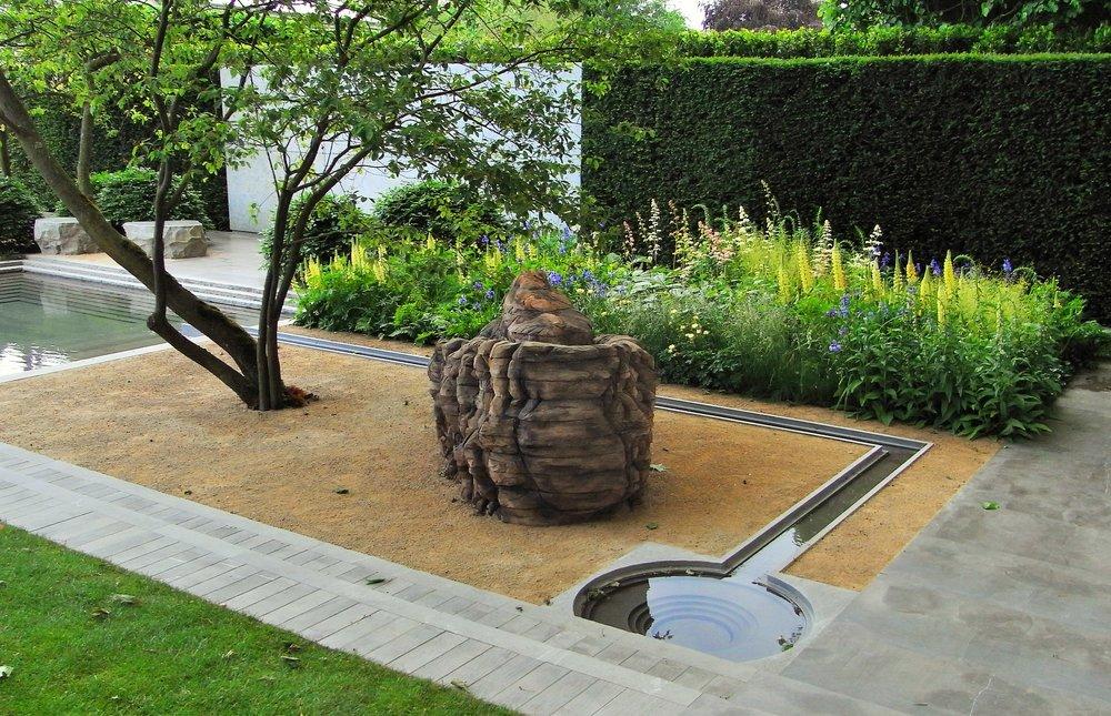 Self-binding gravel patio. Designer: Luciano Giubbilei.  Image: Lorraine Young/ Verve Garden Design.