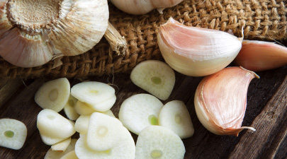 405rmq_thinkstock_rf_sliced_garlic_and_garlic_bulbs.jpg