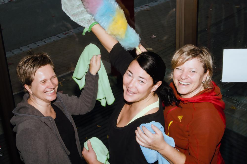 Von li: Martina, Sabine, Renate beim Putzeinsatz