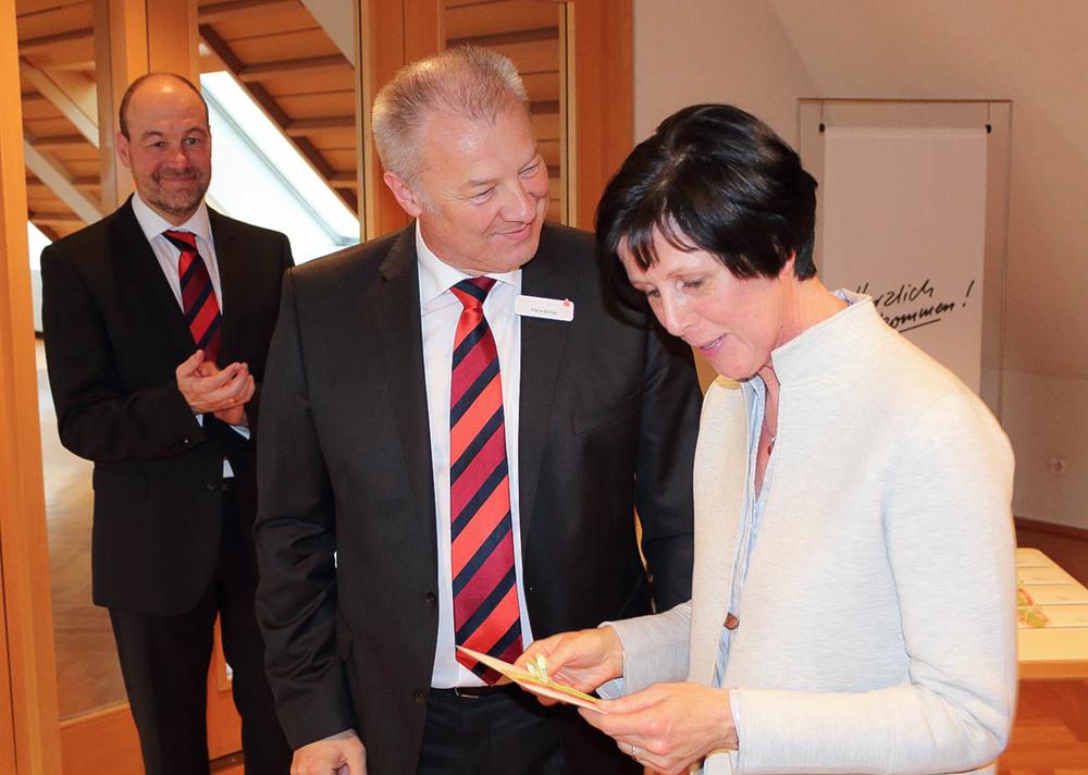 Bereichsdirektor Klaus Bühler mit der ersten Vorsitzenden bei der Spendenübergabe