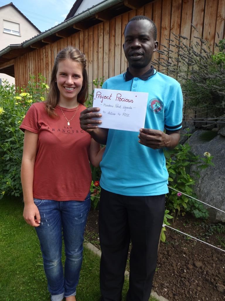 Katharina Abler mit Pfarrer Francis Bagenda bei der Spendenübergabe
