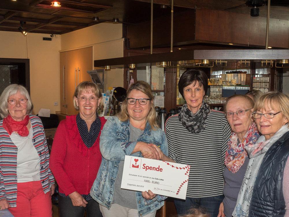 Birgit Hügel Vom Cafe Löffel hält den Scheck und freut sich!
