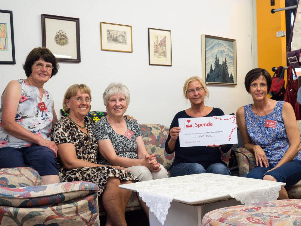 Eva Christoph und Mitarbeiter der Schublade beid er Übergabe des Spendenschecks