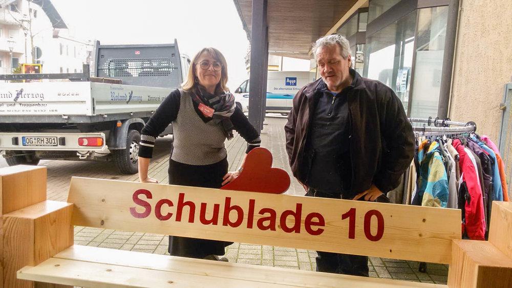 Gerda Ober und Roland Herzog bei der Übergabe der  wunderschönen Holzbank.