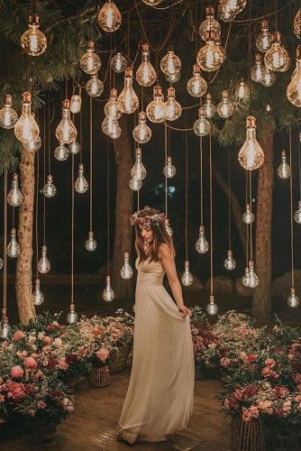 wedding-trends-2019-bridal-light-bulbs-arrangement-above-the-bride-in-burgundy-flower-crown-pablo_laguia-334x500.jpg