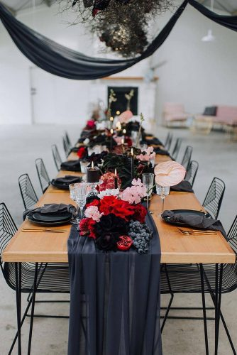 wedding-trends-2019-dark-tablerunner-bright-flowers-tall-candles-sarahkennedy_photographe-334x500.jpg
