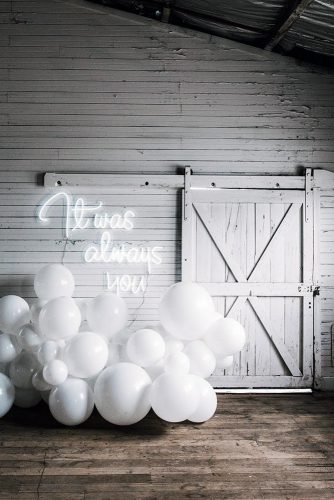 wedding-trends-2019-white-barn-décor-with-balloons-and-romantic-neon-signs-littlepineappleneon-334x500.jpg