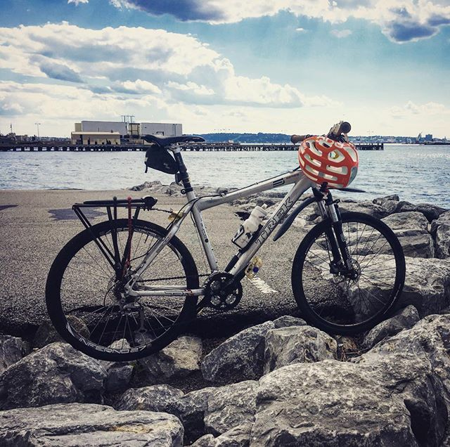 End of the road #nyc #nyharbor #mountainbike #roadwarrior ever-so-slightly #offroad #bikenyc #brooklyn #sunsetpark #hiddenaway #nycparks #trekbikes 2008 6500 #stillgoing