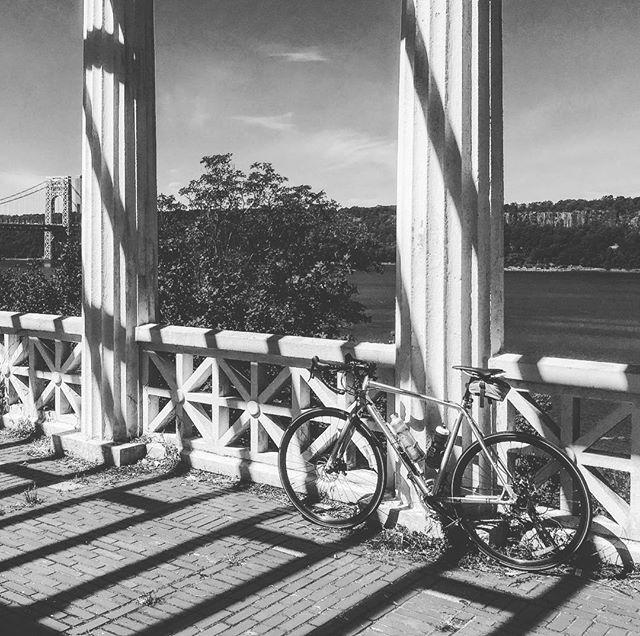 #inspirationpoint #manhattan #georgewashingtonbridge #bikenyc #specializedbikes #tricross #geometry #shadows #blackandwhitephoto #nyc