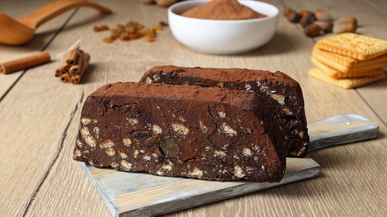 1196-salame-al-cioccolato-con-biscotti-nocino-frutta-secca-e-canditi-ricette-dolci-italiane.jpg