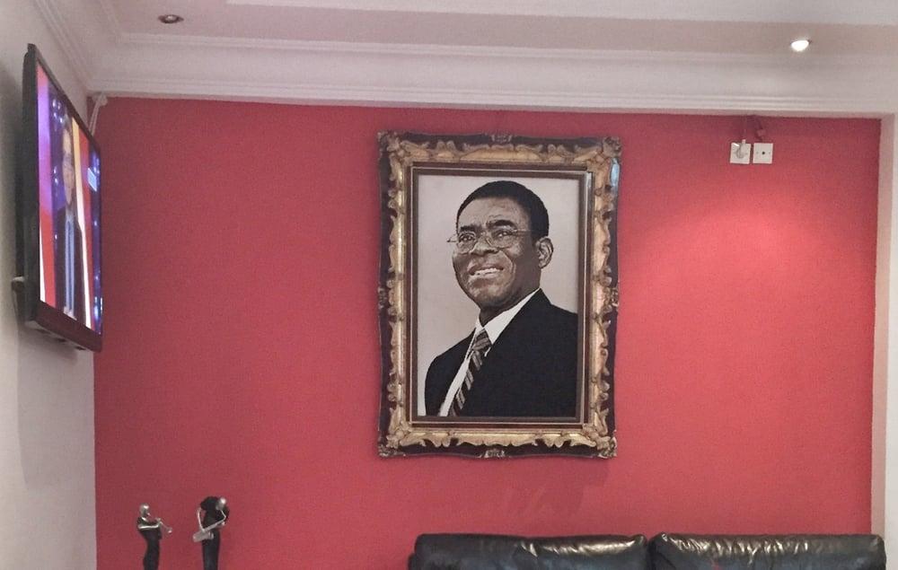 Päiväntasaajan guinean presidentti hotellin aulassa