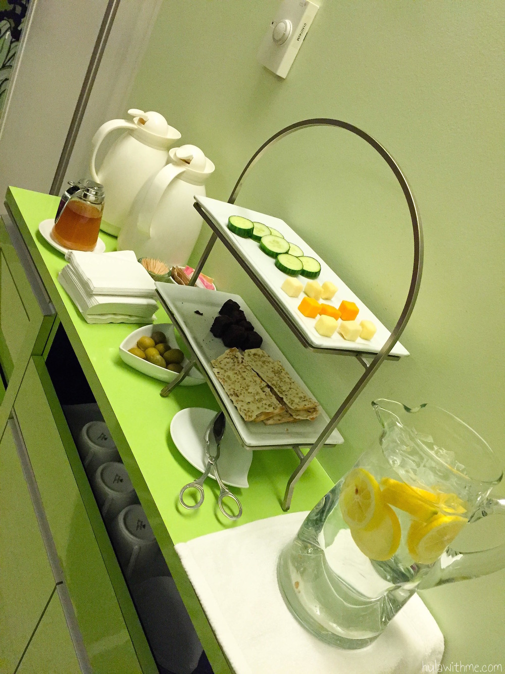 Bliss Spa in Boston, MA: Snacks and drinks served inside the waiting room.