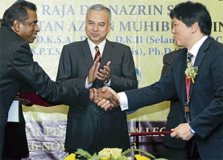 Exchanging Memorandum of Cooperation with Chairman of the Perak Bar Association, witnessed by His Royal Highness