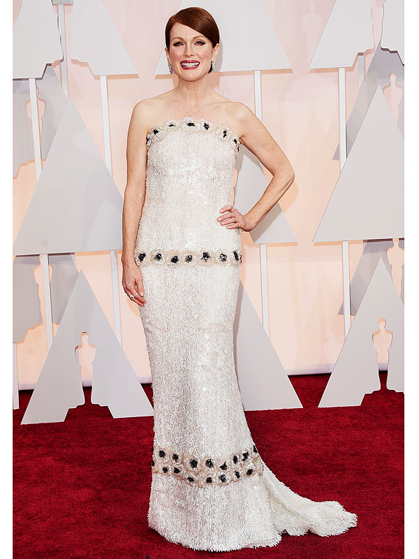 927 hours it took to make this dress! Best Actress Julianne Moore stunned in custom Chanel design, with some very intricate detailing.