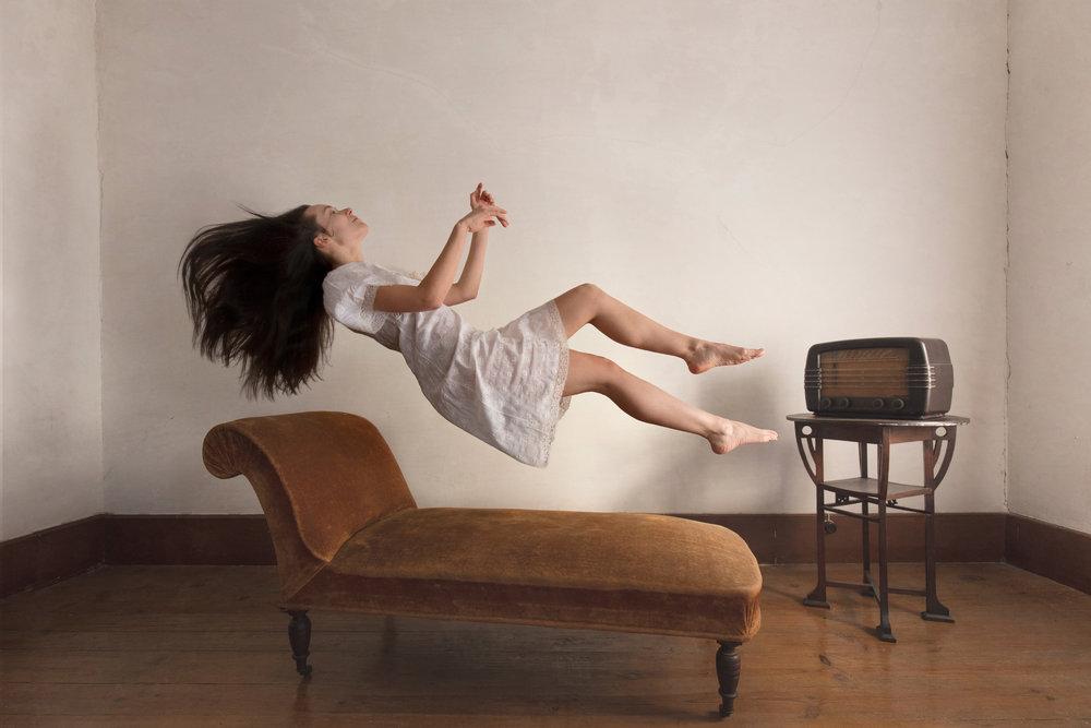 portrait-conceptual-levitation-sara-correia-photography.jpg