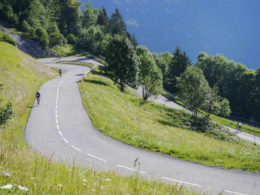 The team winding its way up the Col du Corbier