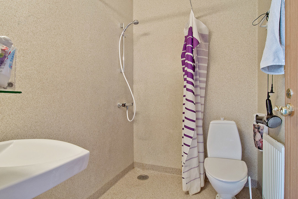 Bad og toilet på pigeværelse