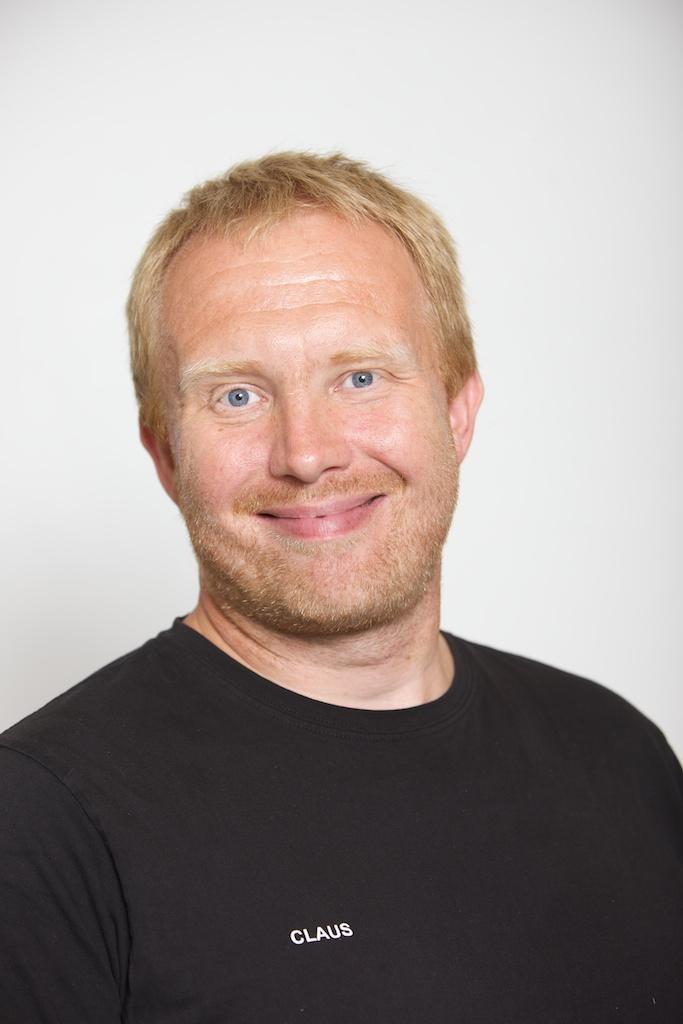 Claus Møller Bæk er ansvarlig for Skovbos TeamDIVING-linje. Henvendelse vedrørende TeamDIVING kan ske på cb@skovboefterskole.dk