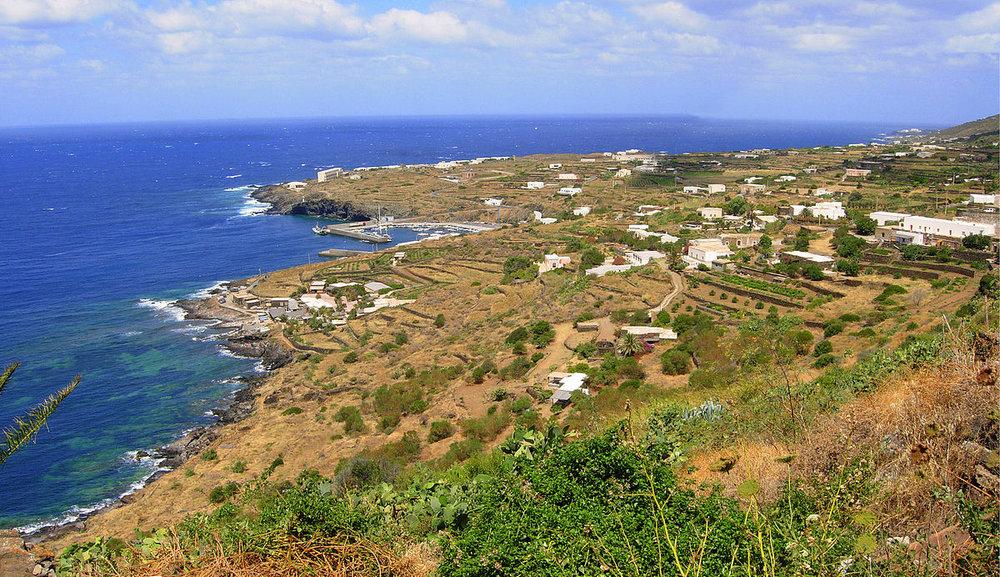 1200px-Pantelleria_sulla_Costa.jpg