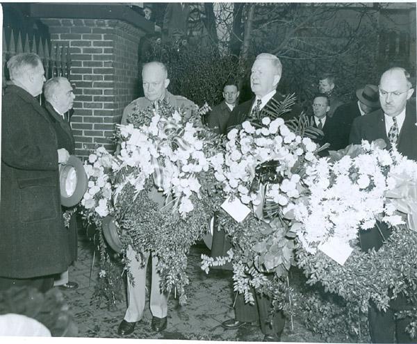 1948 General Eisenhower at Franklin's Grave