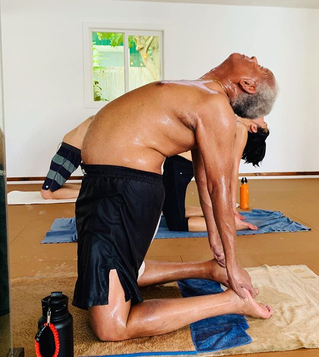 Working those hips forward, while holding on for dear life. Go Charles go! Leading the backbending club @bikramyogakauai  #bikramyoga #pushforward #backbending #camelpose #ustrasana #healthyspine #yogatime #yogaforall #yogaforbeginners #yogi #yogapractice #yogaasana #yogabeginner #yogapose #yogaclass #getthefirestarted