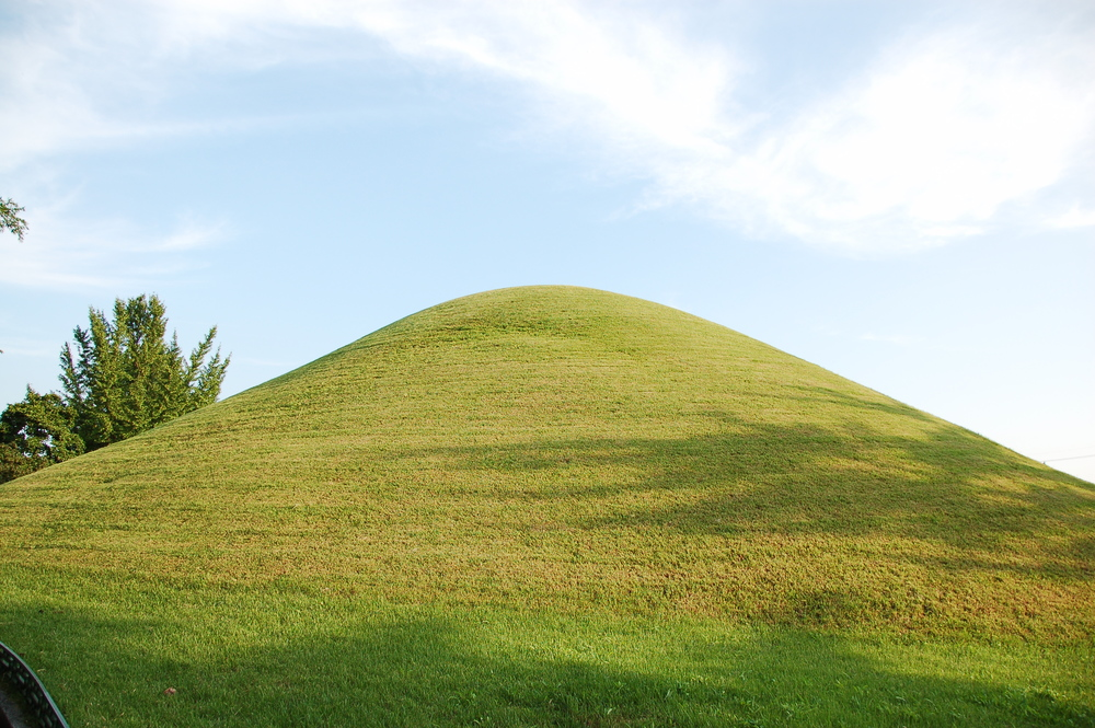 Royal_Silla_burial_mounds_2006b.jpg