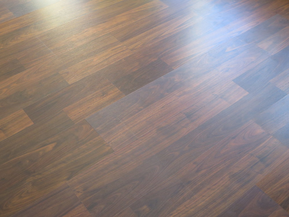 Different color and shine on laminate planks