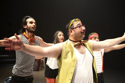 Från Himmel över Göteborg. På Bilden: Othman Othman, Marah Al Safadi, Ebrahim Al Saadi & Hussein Al Saidan. Foto Ulrich Hillebrand.