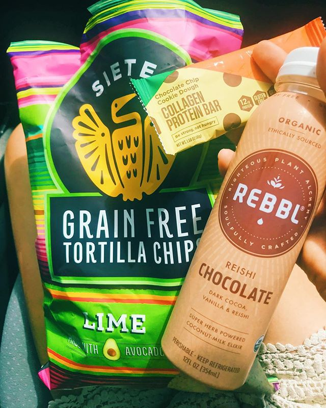 Is it even a vacation without @sietefoods chips 🤣 ... road trip snacks are crucial...but I don't like to feel like crap when I'm on vacay mode, so stocking up on fun (but still healthy treats) is my fav way to travel . . Ps. The new chocolate chip cookie dough @bulletproof bar is 😋
