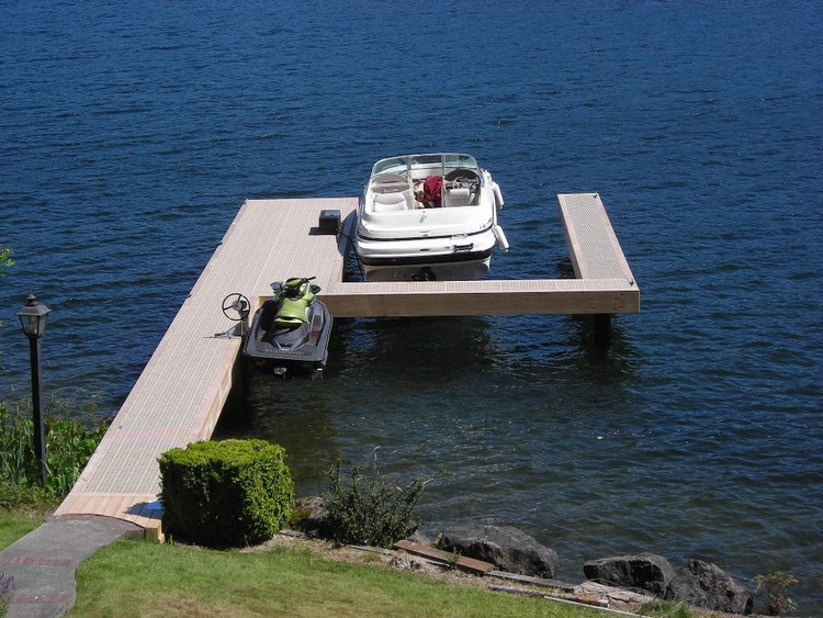 Extended U-shaped dock with boat