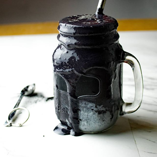 1st day of fall and I'm already like but is it fine to start dressing in all black? .. 2 cups frozen berries 2 tbsp activated charcoal 1 scoop vanilla protein 1/4 cup almond milk .. #smoothie #smoothierecipe #activatedcharcoal #plantbased #veganAF #vegan #vegetarian #glutenfree #feedfeed #thefeedfeed  #foodphotography #dietitianapproved #dietitian #dietitiansofig #nutritiontips #health #nutrition #almondmilk #girlswholift #ubuntufitness #manualmodemaster #instafoodshare #eatcaptureshare