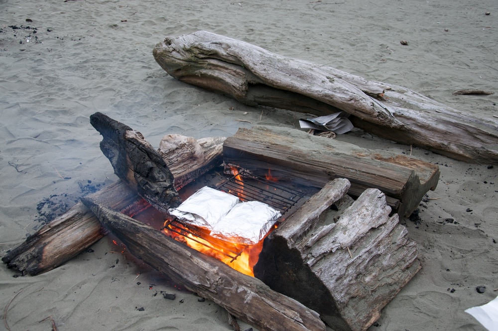 smallswell-tofino-beach-cooking-fire