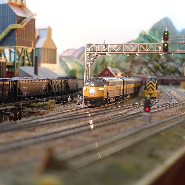A CNW freight creeps through Bridgeport en route to Georgetown. #hoscale #modeltrains #modelrailroading #moderailroad #garfieldcentralrailroad #freighttrain