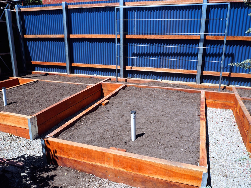 Wicking garden bed and colorbond fence