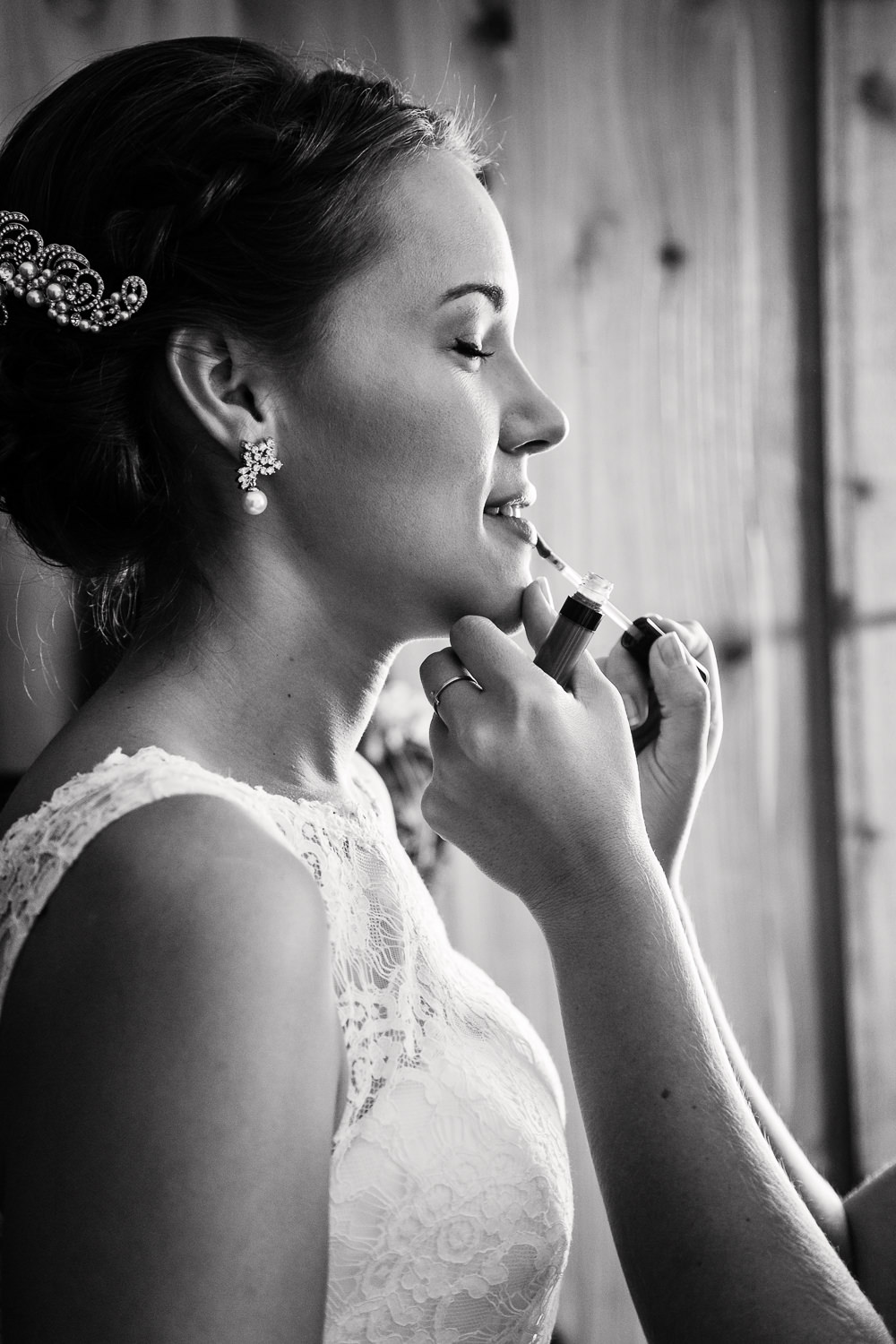 absaroka-beartooth-wilderness-montana-wedding-bride-applies-lipstick.jpg