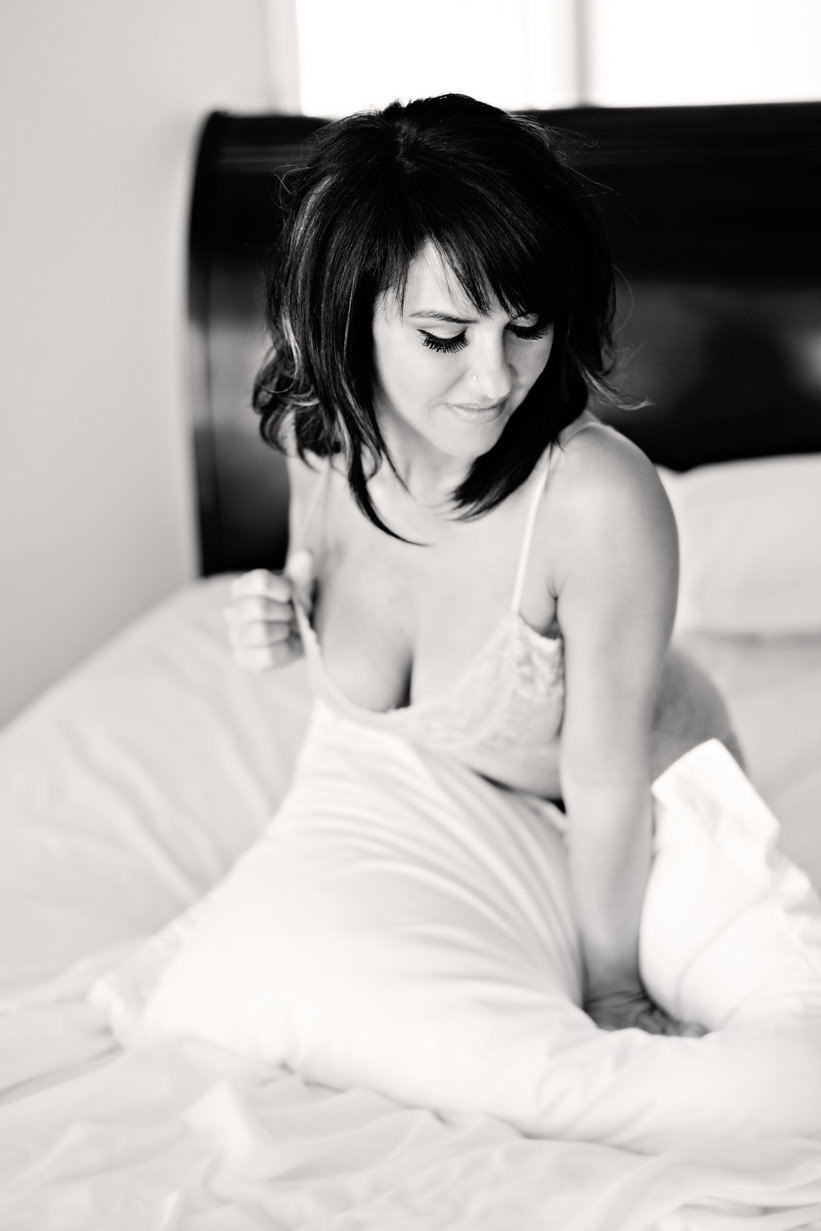 billings-montana-boudoir-photoraphy-woman-kneels-on-pillow.jpg
