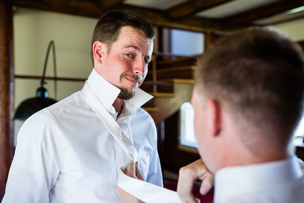 bozeman-montana-wedding-groom-gets-ready.jpg